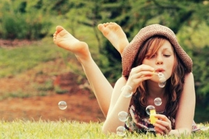 bubbles-girl-happiness-nature-simplicity-Favim.com-60466