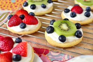 Mini-Fruit-Pizzas-with-Marshmallow-Creme-Frosting-03_mini