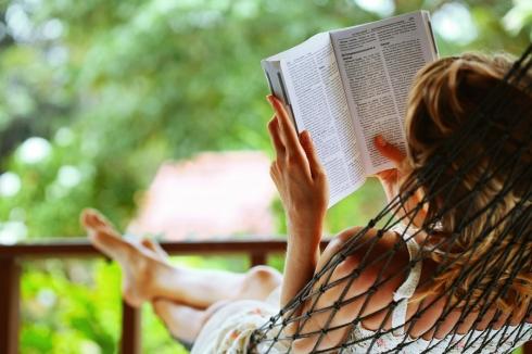 woman-reading-in-hammock